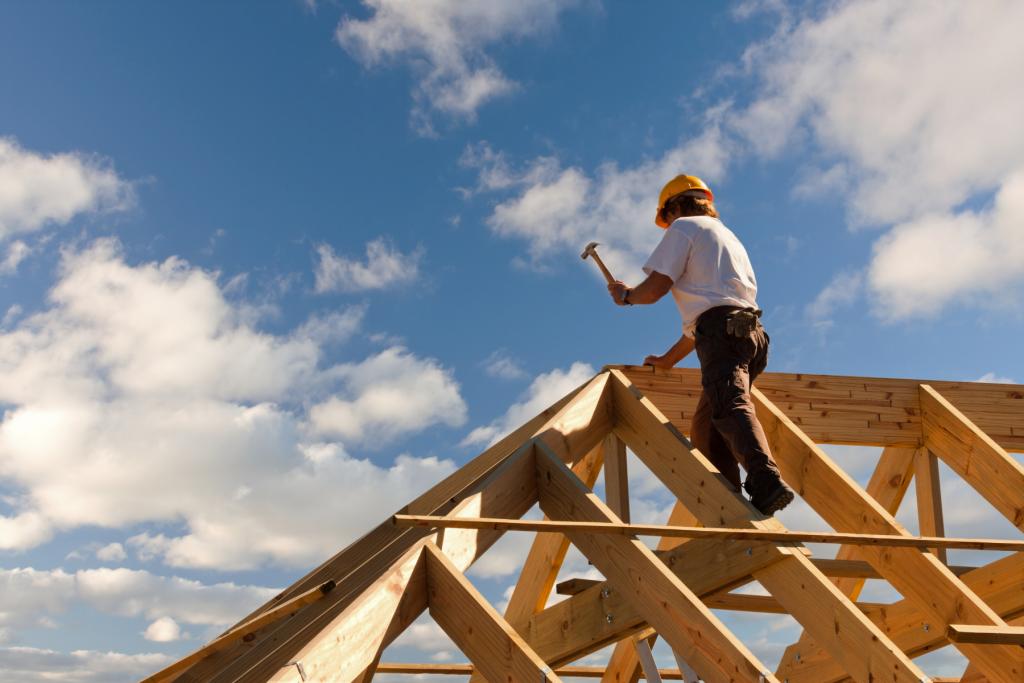vīrietis strādā pie jumta uzlikšanas